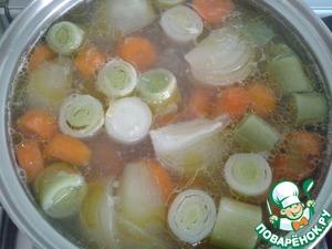 Рыбу вынуть на тарелку, а в бульон положить овощи и варить после закипания 20-25 минут, в зависимости от готовности картофеля. Чеснок и лаврушку не вынимать. Через 10 минут после начала варки добавить 3 ложки оливкового масла.