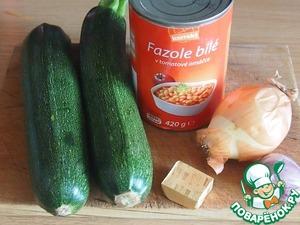 Вот основные ингредиенты нашего супа.   Лук мелко порезать и прямо в кастрюле поджарить его на растопленном масле.