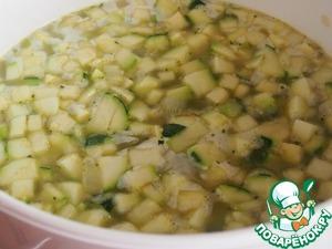 Добавить воду и кубик бульона (или готовый овощной бульон собственного приготовления) и варить примерно 25-30 минут.