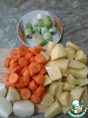 Пока рыбка варится, нарезать овощи. Картофель - на четвертинки или восьмушки, лук - на четвертинки, морковь и лук-порей - на толстенькие колечки. У меня порей замороженный.
