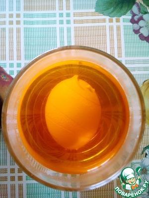 Опускаем яйцо в краситель