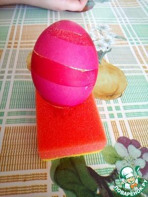 Можно оставить яйцо так, а можно как я опустить его еще в другой краситель. И получится примерно так.