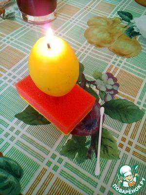 Четвертый способ: яйцо в горошек. Берем свечку и ватную палочку.