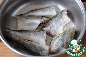 Рыбу чистим.   Берём сотейник или сковороду с высокими бортиками, на дно наливаем растительное масло, кладём нарезанную на куски рыбу, мелкую рыбу целиком.