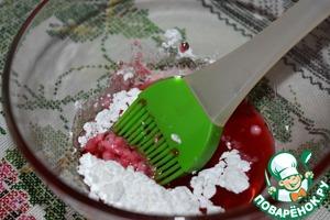Для глазури смешать любой ягодный или фруктовый сок с сахарной пудрой до полного растворения последней.