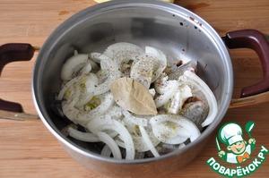 Сверху режем тонкими кольцами или стрелками репчатый лук. Посыпаем солью, смесью перцев и сухим укропом. Кладём лавровый лист.