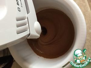 В эту же смесь добавляем по ложке сухую смесь из муки и какао, взбиваем одновременно и добавляем сухую смесь. Примерно половину того что у нас есть.