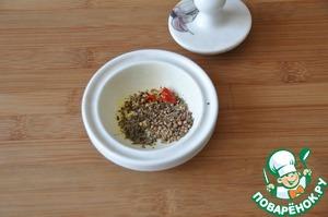 Берём семена укропа, кунжут, тмин, кориандр, сухой перец чили, смесь перцев, сухую мяту. Кладём в ступку и слегка перетираем.