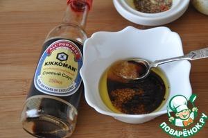 В пиалу наливаем соевый соус, оливковое масло, яблочный уксус, кладём мёд.   Я использовала натурально сваренный соевый соус от ТМ Kikkoman. Если вы используете сладкий соевый соус, то мёд не кладите.   Насыпаем перетёртые специи, перемешиваем.   Заправка готова. Её можно хранить в герметичной баночке до недели в холодильнике. При этом вкус её будет насыщеннее, чем дольше стоит заправка.