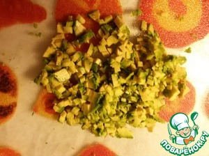 Авокадо очистить и мелко порезать кубиками