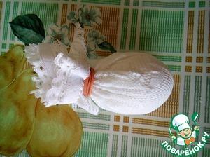 Горячее яйцо обворачиваем в материал и фиксируем резинкой.