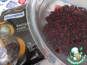 Sugar TM Mistral before cooking to soak in cold water for about 4 hours. After that, rinse the beans and place in a pan with water in the ratio 1:5. Put on fire, bring to boil and cook over high heat for 10 minutes, then the fire abated and cook until tender, about 2 hours. Add salt to taste at the end of cooking. Drain the excess water, the beans cool.