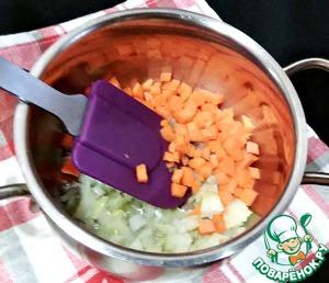 В кастрюле подогреть растительное масло, добавить мелко нарезанный лук и обжарить до мягкости. Затем добавить морковь (нарезанную кубиками) и обжарить 2 минуты.