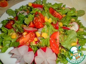 Сверху раскидываем кукурузу, слегка приподнять салат при помощи кончика ножа.