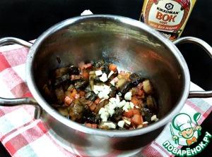 Грибы нарезать небольшими кусочками, чеснок измельчить любым удобным для вас способом (я мелко нарезала). Грибы и чеснок добавить к овощам и обжарить 5 минут.