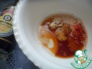 Для соуса складываем все в мисочку. Соевый соус, масло, горчицу, кунжут, чеснок, острый перец, уксус, сахар, соль. Хорошо размешиваем, до густоты.