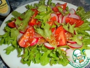 Radish lay out slices of tomatoes, lettuce and pour the sauce.