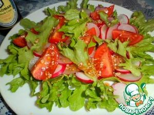 На редиску выкладываем дольки помидоров, еще салат и поливаем соусом.