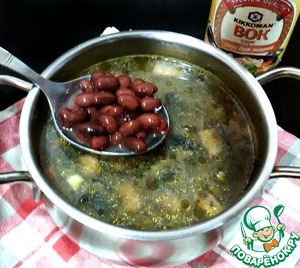 Затем влить воду, добавить мелко нарезанный картофель, фасоль, посолить, поперчить, довести до кипения и варить на среднем огне 10 минут.