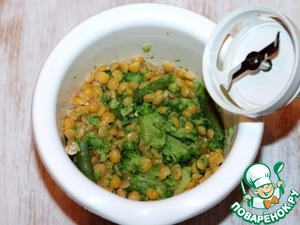 3. Put broccoli, peas and peeled garlic in the bowl of a blender, grind to a smooth consistency.