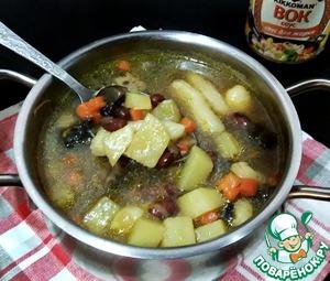 Опустить чесночные галушки в суп и варить 5 минут. Кастрюлю с супом накрыть крышкой и дать настояться супчику минут 15.   Ароматный, сытный грибной суп с чесночными галушками и фасолью готов. Прошу к столу.