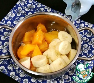 Banana cut into small pieces, combine with pumpkin, add the vegetable oil and blend.