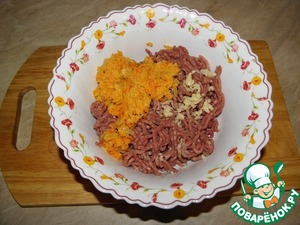 In prepared stuffing add the garlic (through the frog, or the meat grinder), add the onions and carrots