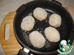 In skillet, heat vegetable oil, put the cutlets