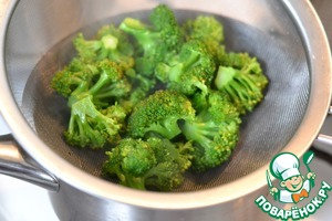 Prepare the stuffing.  Broccoli boil in salted water until tender.  Drain the water.