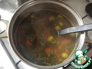 Выкладываем в кастрюлю специи. Перец красный, жгучий кладём по вкусу. Если суп будут есть дети, то перец можно упустить из рецепта. Выкладываем куркуму, масло оливковое, оливки и зелень. Варим ещё всё минут 5, выкладываем очищенные креветки и снимаем с огня. Вне поста, в конце варки, в этот суп я выкладываю натёртый, твёрдый сыр. Держу на огне с пару минут, чтобы сыр расплавился. Это очень вкусно!