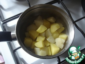 Boil the beans and potatoes at the same time. Potatoes clean and cut into small cubes. In boiling salted water put the potatoes and cook until tender. Drain off the water.