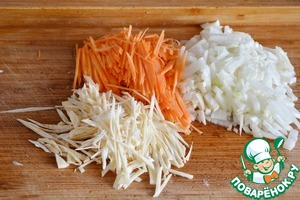 Start cooking the soup.   Peel the onion, carrot and parsley root.  Chop finely the onion, the peeled carrot and parsley root cut into strips. Lightly fry the vegetables in 2 tbsp oil