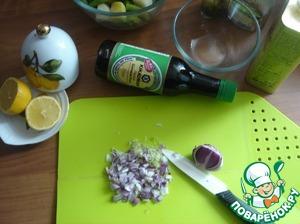 Фасоль смешиваем в салатнике с картофелем. Делаем заправку. Режем очень мелко лук.