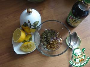 Берём посуду подходящую и лук выкладываем в неё, наливаем масло, соевый соус, кладём горчицу и из лимона отжимаем сок, который тоже отправляем туда же.