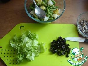 """Lettuce tearing hands. reserve 2 leaves for serving. Olives cut """"wheels""""."""