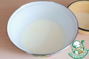 In a bowl add milk (1.5 cups), add sugar (2 tablespoons), add the melted butter (120 gr.). The mixture is slightly warm.