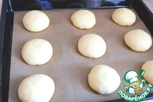 Dough formed into balls. Place the balls on a baking sheet, covered with baking paper. The product cover with a towel and put on the delay 10-15 min.