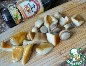 Маринованные грибы нарезать на кусочки.   Добавить в кастрюлю, вместе с маслинами.    Варить 5 минут при медленном кипении.