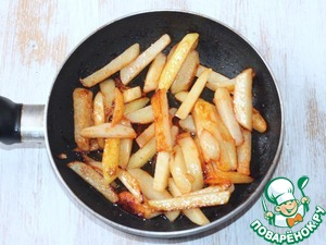 3. Heat the oil in a wok or pan and fry the potatoes until Golden brown.