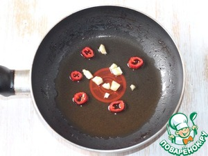 4. Prepare honey sauce. In hot oil fry chopped garlic and cut into rings chilli until fragrant. Remove the vegetables from the pan, leaving the oil.