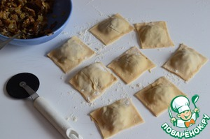 Cut the dough at the joints. Boil ravioli in boiling salted water for 5 minutes.