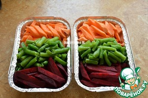 Vegetables cut to cut arbitrarily, I have large strips, place in a baking dish, add the beans;