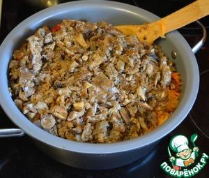 Добавьте к овощам грибы. У меня замороженная смесь лесных грибов, можно взять любые другие (отварные или замороженные). Перемешайте грибы с овощами