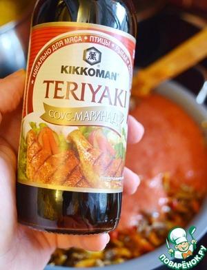 """Добавьте в рагу соус """"Терияки"""". Я верна своим вкусам, и использую соус ТМ Киккоман.      Добавьте в рагу соль, сахар и смесь перцев. Перемешайте, доведите до кипения, убавьте огонь до минимума и тушите все вместе, помешивая около 20 минут."""