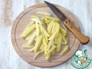 1. Prepare the potatoes. Clean and chop potatoes into strips.