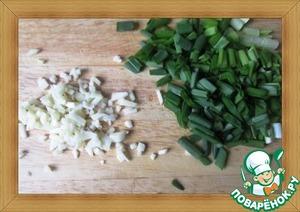 Поскольку делать всё надо быстро, заранее нарезаем зеленый лук и измельчаем чеснок.