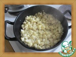Капусту срезаем с кочерыжки и разбираем на мелкие соцветия.   В сотейнике или глубокой сковороде разогреваем растительное масло на большом огне и всыпаем цветную капусту.