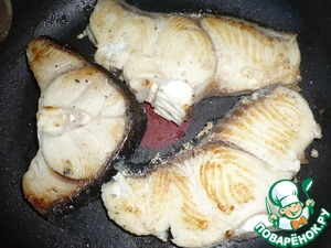 Now fry the shark steaks on both sides in vegetable oil. Fish cool.