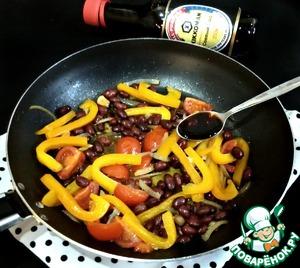 Затем добавить консервированную фасоль, специи по вкусу, уксус (у меня яблочный) и соевый соус. Я использовала соевый соус ТМ Kikkoman, натурально сваренный.    Прогреть салат еще в течение двух минут, и можно подавать к столу.