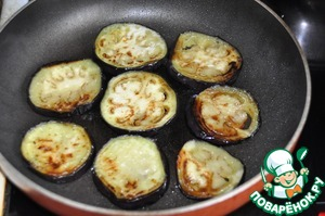 After 15 minutes, rinse the eggplant under running water, dry it with a paper towel and fry until Golden brown in vegetable oil on both sides.